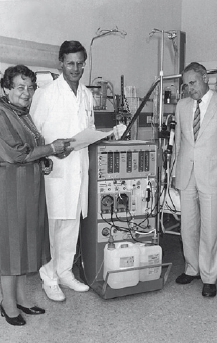 In the field of dialysis, Fresenius closely collaborated with doctors and clinics from the very start. Pictured here is Else Kröner together with the medical director of the Bad Homburg hospital, in Germany, Dr. Rossenheck, and the district administrator, Dr. Jürgens, in front of the clinic's first A 2008 C.